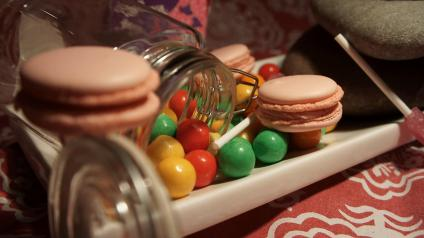 Strawberry bubblegum macarons